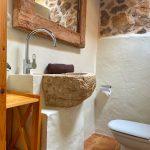 Gerenoveerde badkamer in natuurstenen huisje