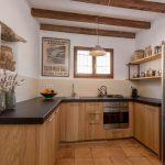 Een moderne keuken in een oeroude finca